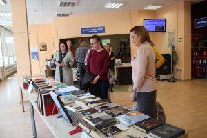 """Bibliogrāfiskā rādītāja """"Romānu sērija """"Mēs. Latvija, XX gadsimts"""""""" prezentācija"""