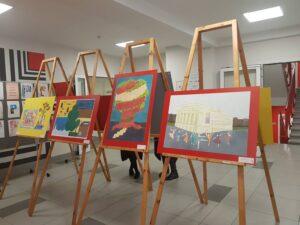 """Starptautiskā bērnu zīmējumu izstāde  """"Es mīlu savu valsti"""" Rīgas skolās"""