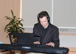 Aicinām spēlēt klavieres!