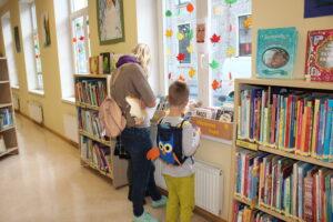 Pūčulēni salido bibliotēkā