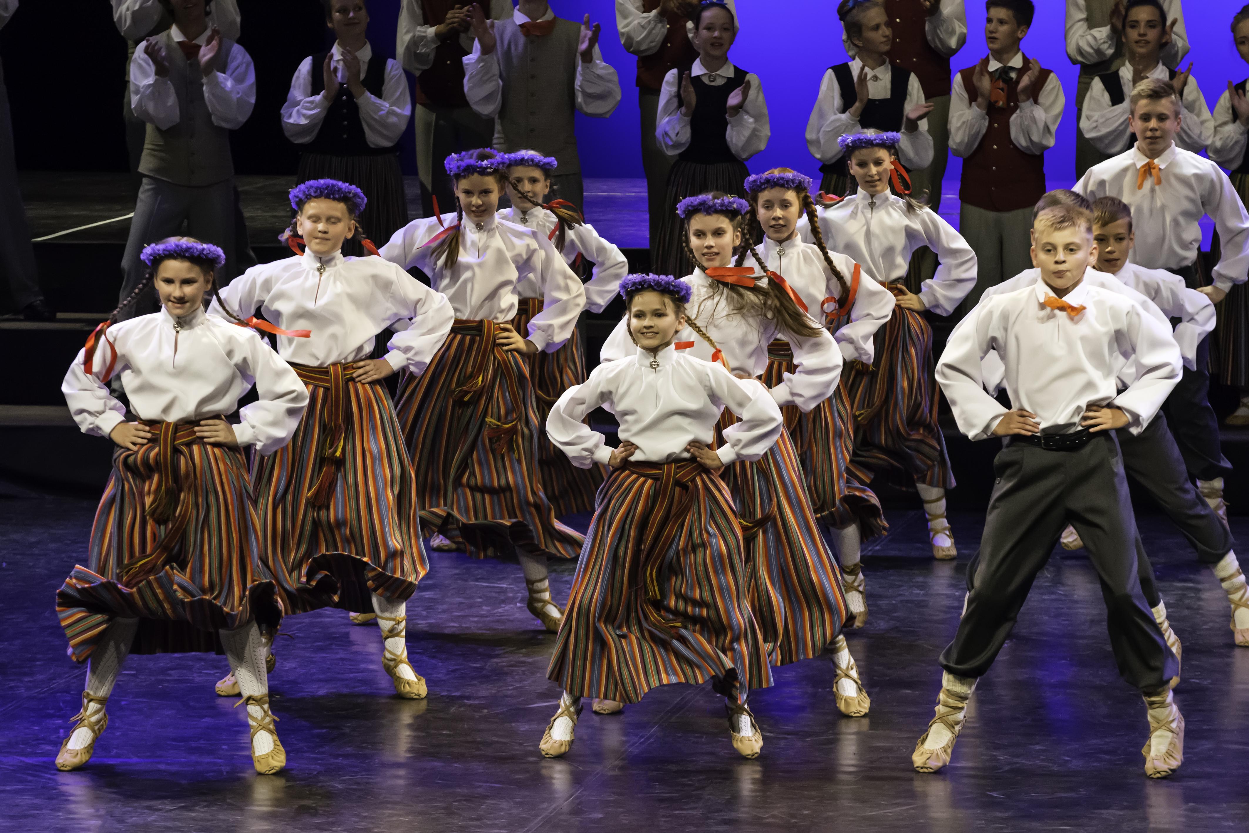 """Zaigas Šteinas izstāde """"XI Latvijas skolu jaunatnes dziesmu un deju svētku noskaņās"""""""